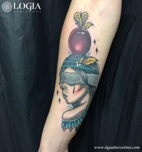 tatuaje-brazo-mujer-adorno-color-logia-barcelona-illy