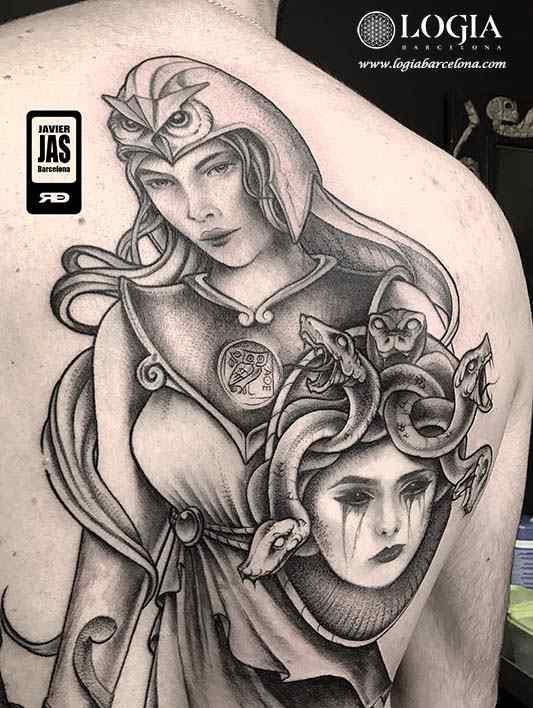 Tatuaje Medusa Atenea realista espalda Javier Jas Logia Barcelona