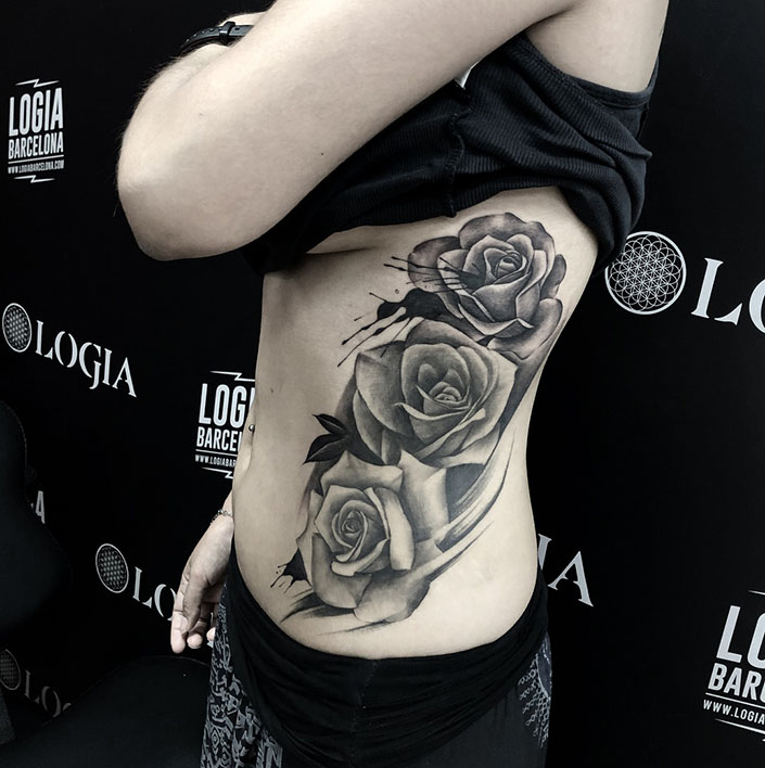 tatuaje de rosas en las costillas tatuador Javier Jas Logia Barcelona