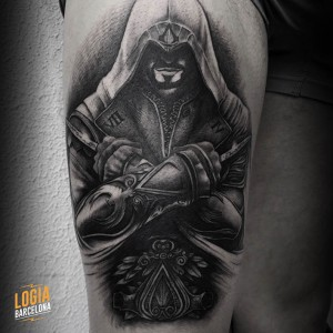 Tatuaje templario Assassins Creed muslo pierna - Logia Barcelona Javier Jas