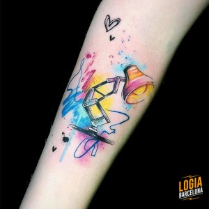 tatuaje-brazo-lampara-color-blackwork-logia-barcelona-damsceno