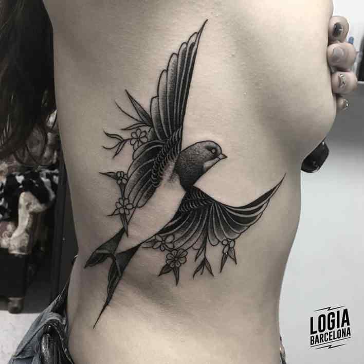 tatuaje de pajaro en las costillas tatuador Julio Voltaje Logia Barcelona