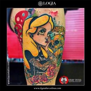tatuaje-pierna-alicia-logia-barcelona-kaone