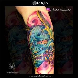 tatuaje-pierna-mascara-demonio-logia-barcelona-kaone