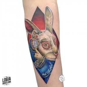 tatuaje_conejo_wonderland_brazo_logiabarcelona_kathycaboom