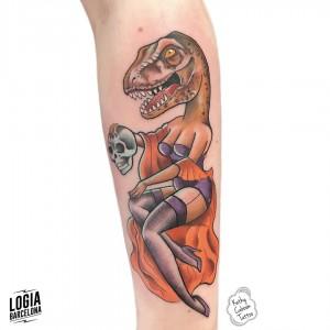 tatuaje_velociraptor_mujer_brazo_logiabarcelona_kathycaboom