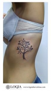 tatuaje-costado-arbol-logiabarcelona-luana-xavier