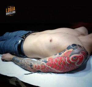 tatuaje_japones_carpa_brazo_lelectric_Logia_Barcelona