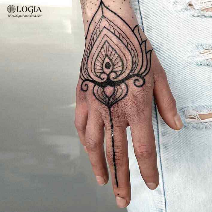 tatuaje mano mujer ornamental logia tattoo