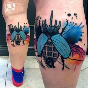 tatuaje_watercolor_escarabajo_pierna_logia_barcelona_monika_ochman