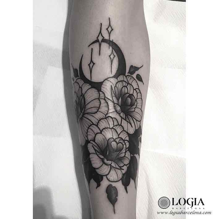 tatuaje-brazo-flores-luna-moskid-logia-barcelona