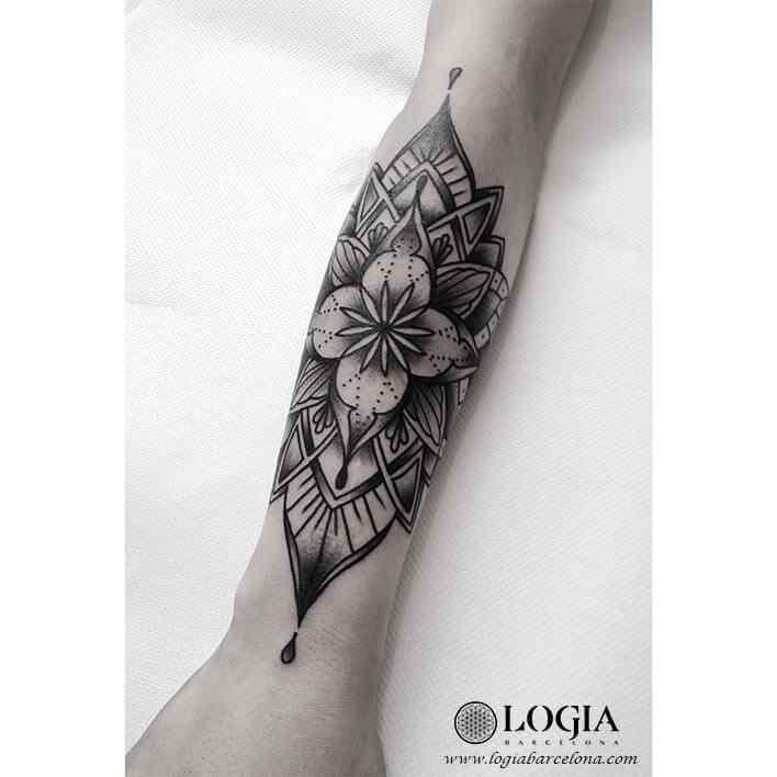 tatuaje-brazo-mandala-flor-moskid-logia-barcelona