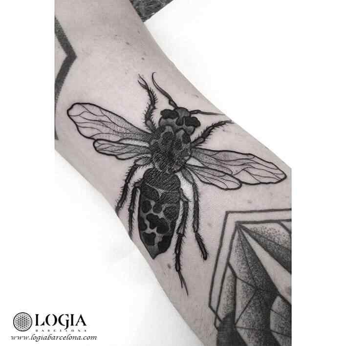 tatuaje-pierna-insecto-moskid-logia-barcelona
