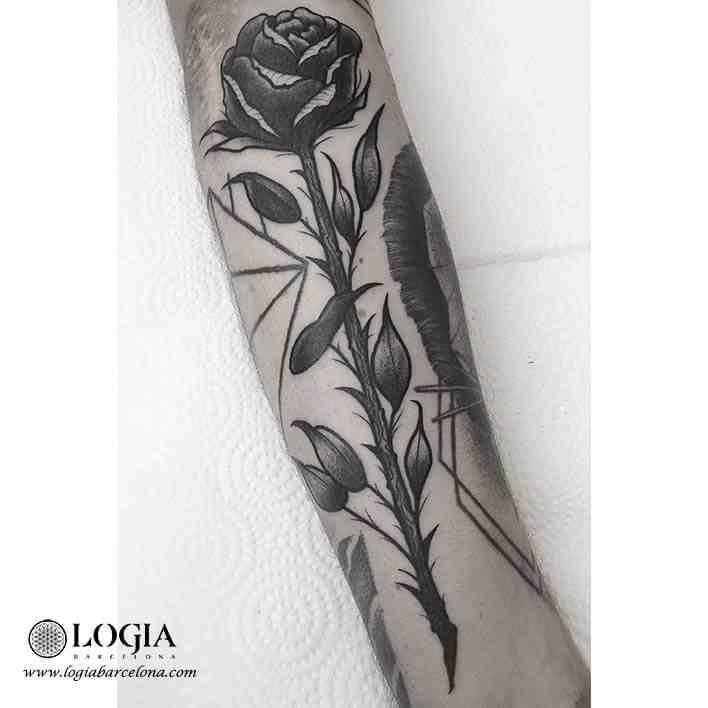 tatuaje-rosa-brazo-moskid-logia-barcelona