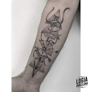 tatuaje-brazo-brujula-blackwork-logia-barcelona-moskid
