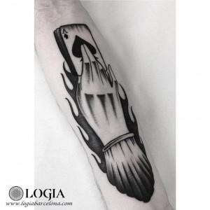 tatuaje-mano-carta-brazo-moskid-logia-barcelona
