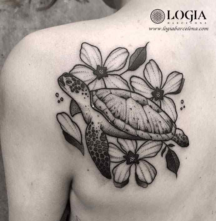 Tatuaje de Tortuga Blackwork Logia Barcelona