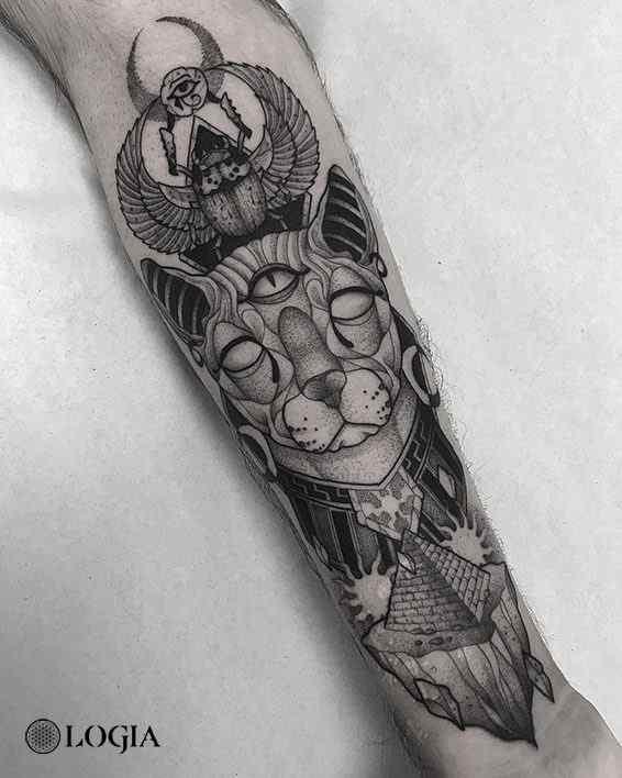 Tatuaje gato egipcio Blackwork Logia Barcelona