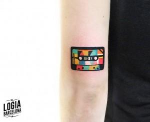 tatuaje_brazo_cinta_cassete_color_logia_barcelona_polyc