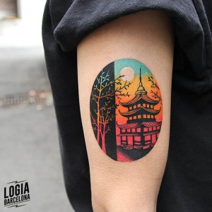 tatuaje_brazo_pagoda_japonesa_luna_color_logia_barcelona_polyc