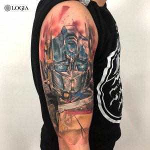 Tatuaje transformers en el brazo Rzychu