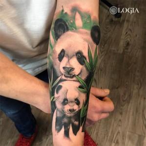 Tatuaje oso panda en la pierna Rzychu