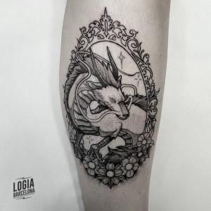tatuaje_brazo_dragon_espejo_Logia_Barcelona_Blackwork_Sulsu