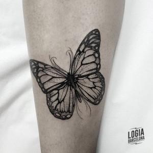 tatuaje_brazo_mariposa_Logia_Barcelona_Blackwork_Sulsu