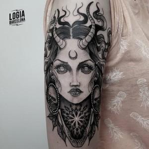 tatuaje_brazo_sucubo_Logia_Barcelona_Blackwork_Sulsu