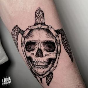 tatuaje_brazo_tortuga_calavera_sulsu_logiabarcelona