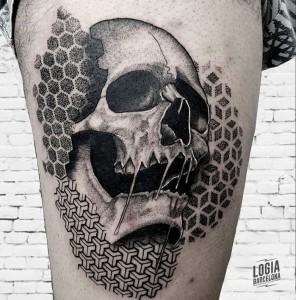 tatuaje_pierna_calavera_Logia_Barcelona_Blackwork_Sulsu