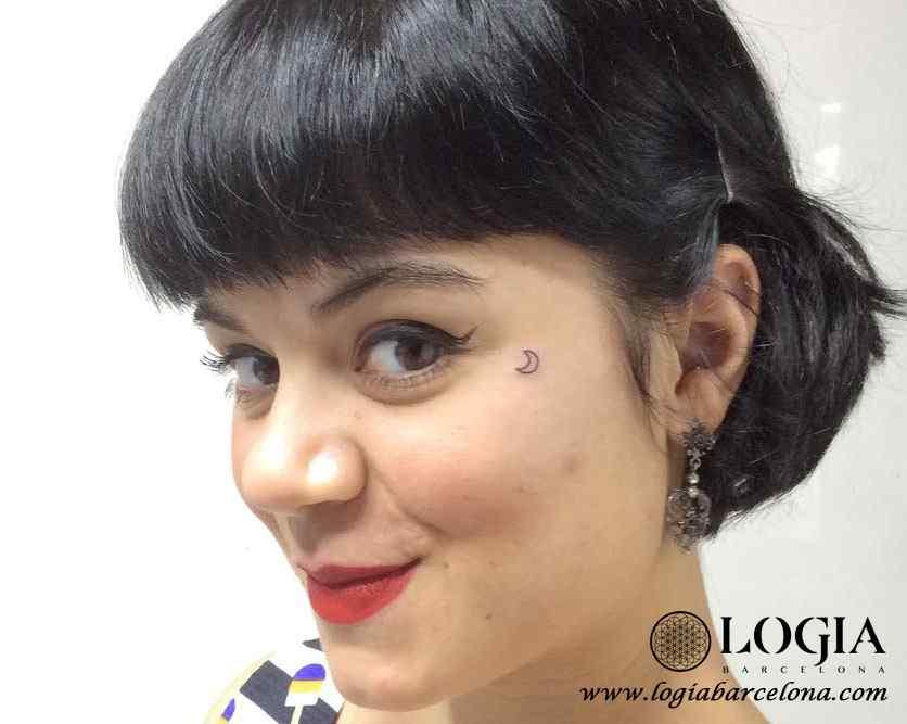 Tatuajes en la cara pequeños - tatuaje de luna