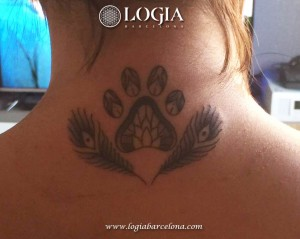 wallk-in tattoo huella y plumas