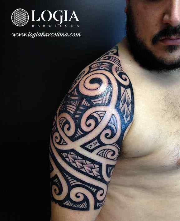 tatuaje-hombro-maori-Logia-Barcelona-Tevairai-04