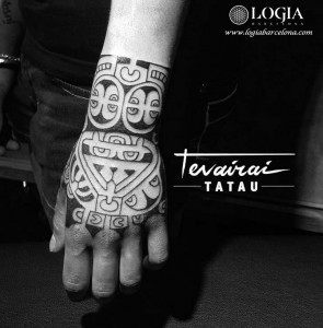tatuaje-mano-maori-tradicional-marquesian-logia-barcelona-tevairai