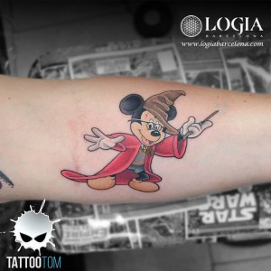 tatuaje-brazo-mickey-mouse-tom-logia-barcelona
