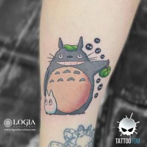 tatuaje-brazo-totoro-tom-logia-barcelona