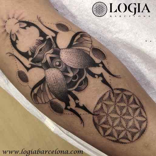 Tatuaje escarabajo egipcio Flor de la vida Logia Barcelona