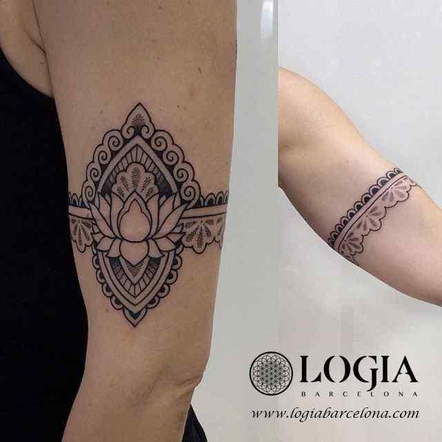 tatuaje brazalete biceps puntillismo logia barcelona