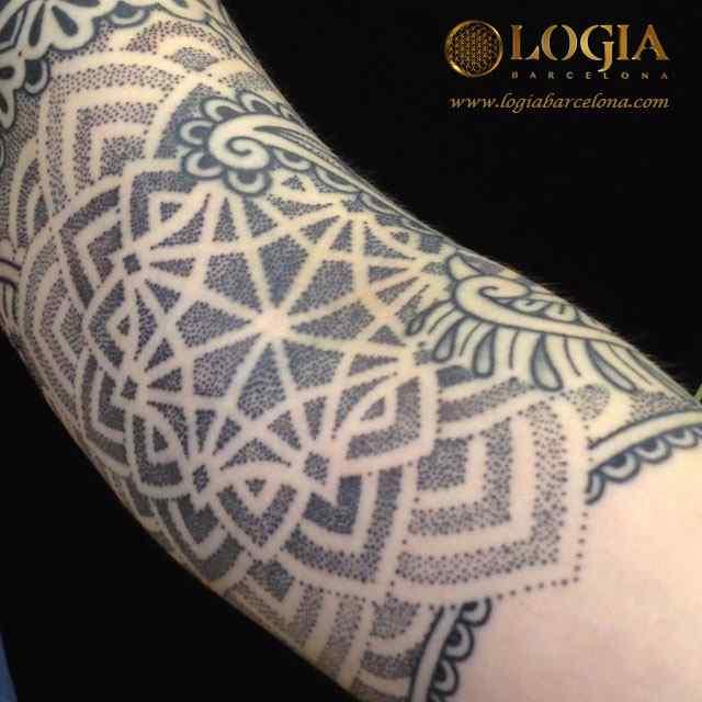 tatuaje estrella puntillismo ornamental logia barcelona