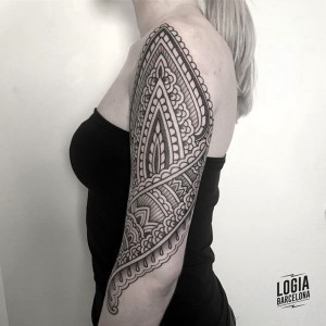 tatuaje_brazo_hombro_mandala_ornamental_Logia_Barcelona_Willian_Spindola