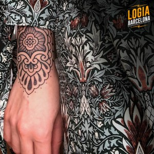 tatuaje_brazo_mandala_blackwork_Logia_Barcelona_Willian_Spindola
