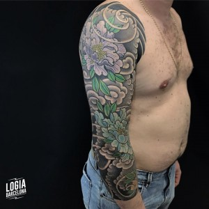tatuaje_brazo_plantas_flores_ornamental_willian_spindola_logiabarcelona