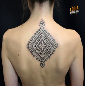 tatuaje_espalda_mandal_blackwork_Logia_Barcelona_Willian_Spindola