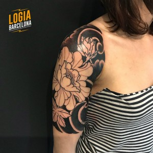 tatuaje_hombro_blackwork_flores_Logia_Barcelona_Willian_Spindola