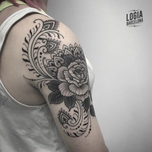 tatuaje_hombro_ornamental_flores_Logia_Barcelona_Willian_Spindola