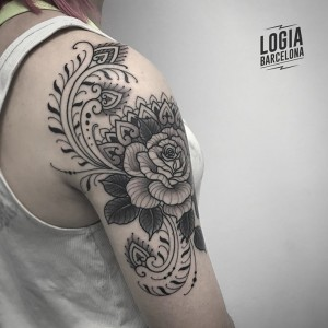 tatuaje_hombros_blackwork_ornamental_flores_Logia_Barcelona_Willian_Spindola