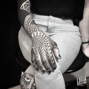 tatuaje_mano_blackwork_mandala_Logia_Barcelona_Willian_Spindola