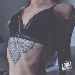tatuaje_underboobs_blackwork_mandala_ornamental_Logia_Barcelona_Willian_Spindola