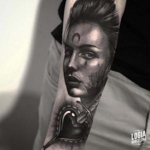 tatuaje_antebrazo_diosa_guerrera_corazon_logiabarcelona_javier_jas